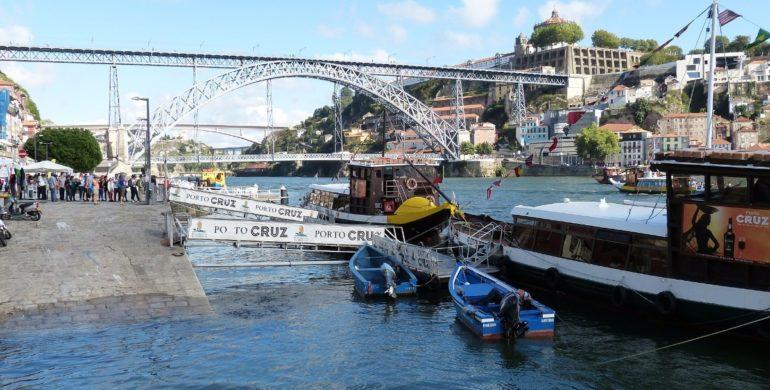 Brückentransport mit Pontons